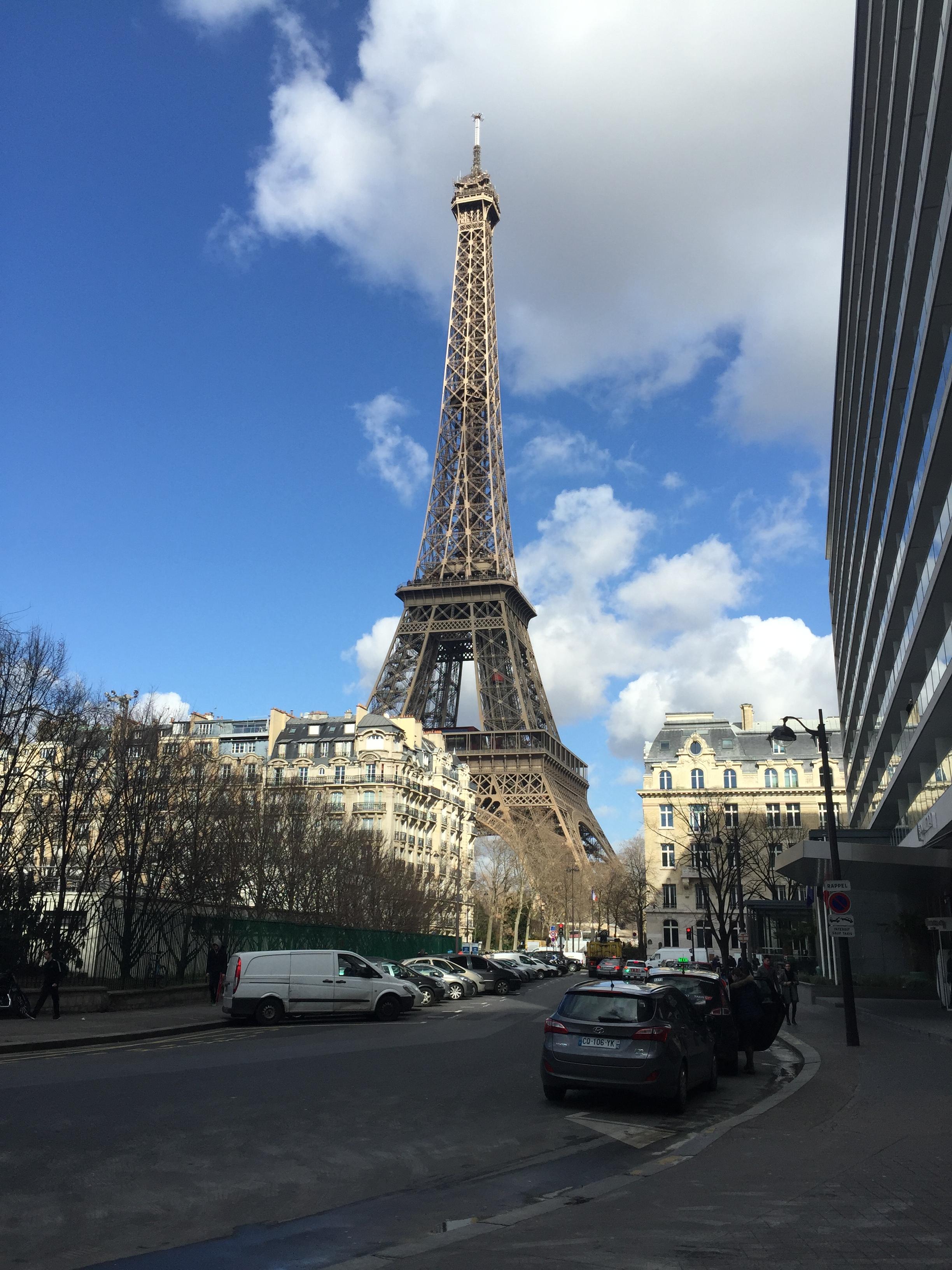"""Вид на Эйфелеву башню от отеля. Дома прекрасные представители """"Османовского Парижа""""."""