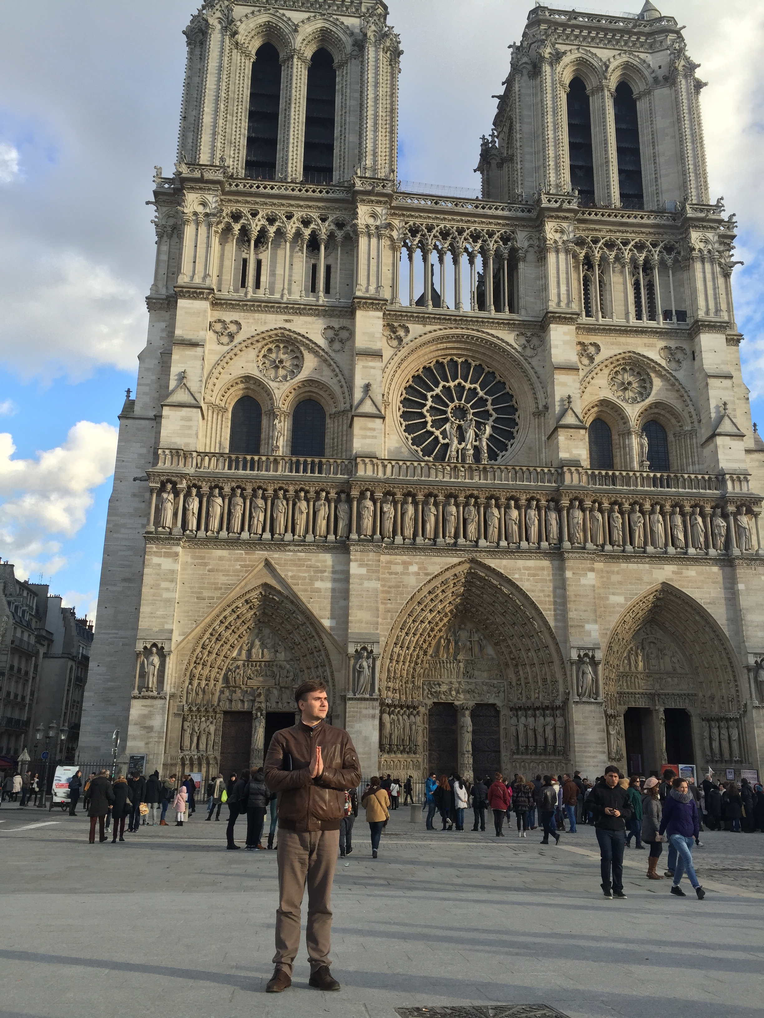 Мечтаю о великом на площади перед Собором Парижской Богоматери.