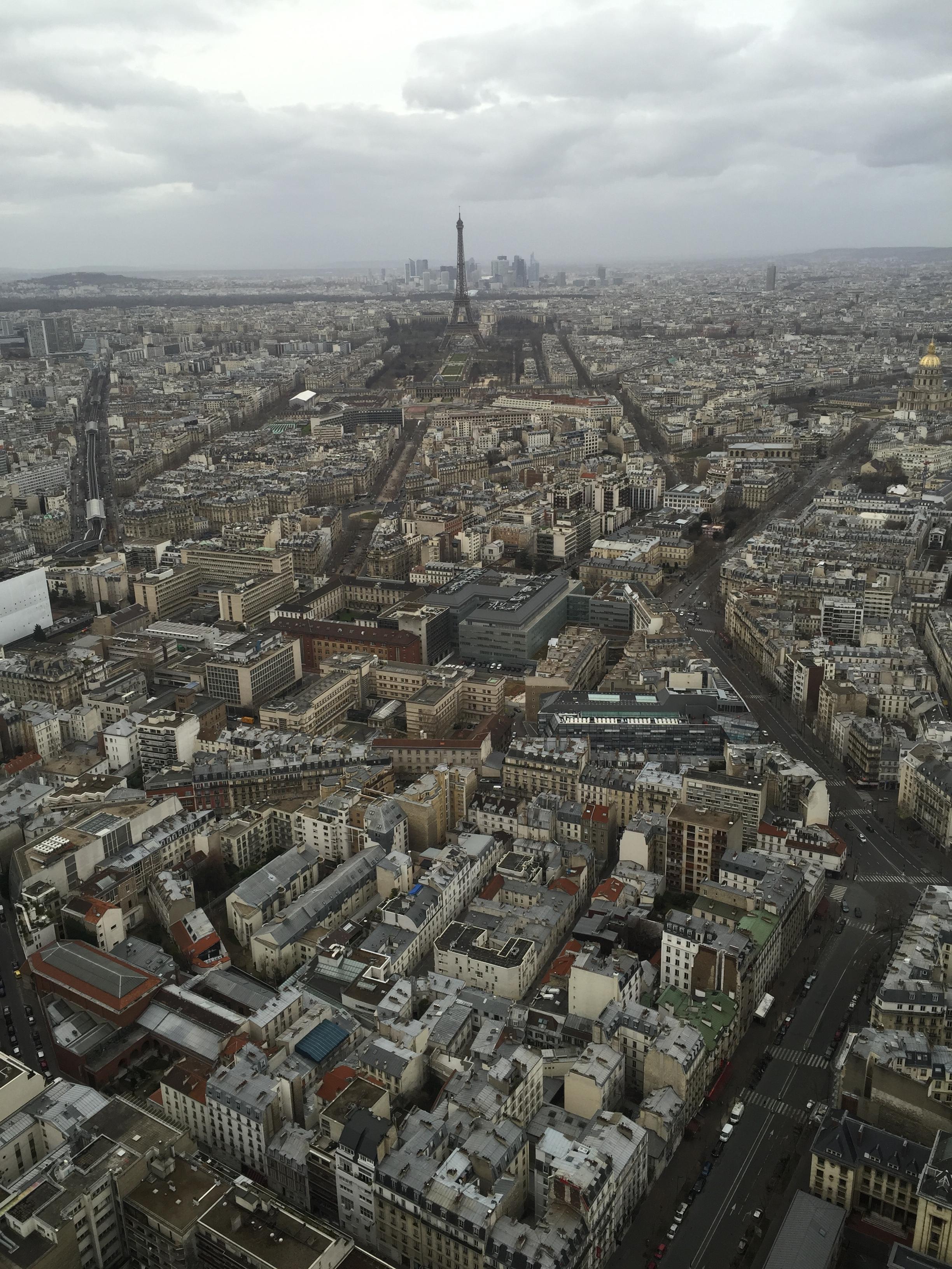 Вид на Эйфелеву башню и Париж с 56 этажа башни Монпарнас.